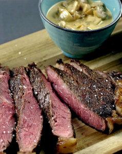 Steak met frietjes en groentenschotel